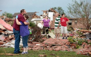 Volunteers reached maximum capacity within an hour and a half, as residents of the disaster stricken towns reached out instantly to help one another. (PHOTO BY DAVID MCDANIEL, THE OKLAHOMAN / NEWSOK.COM)
